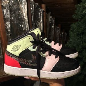 Air Jordan 1 Mid SE Glow in the dark